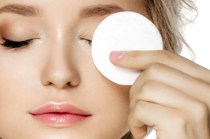 wanita korea membersihkan sisa make up