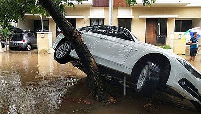 BMW Terseret Banjir